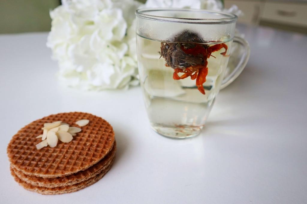 Kvitnúci čaj a holandská karamelová wafla