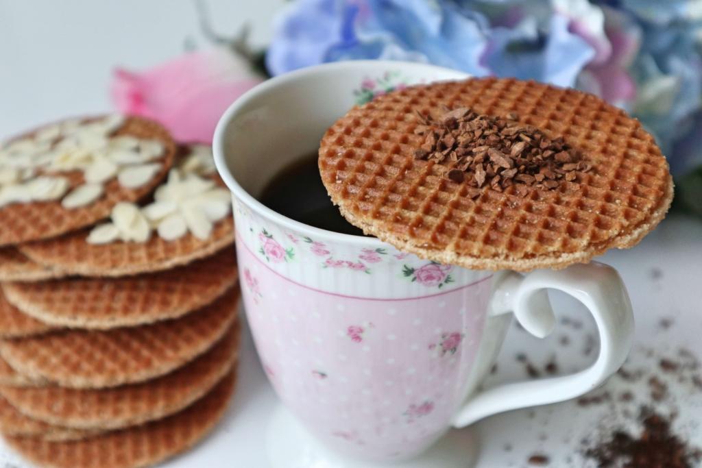 Káva a holandské karamelové wafle