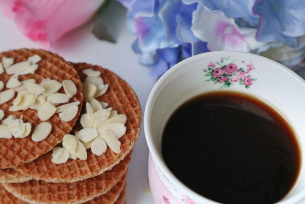 Čierna káva a karamelové wafle priamo z Holandska