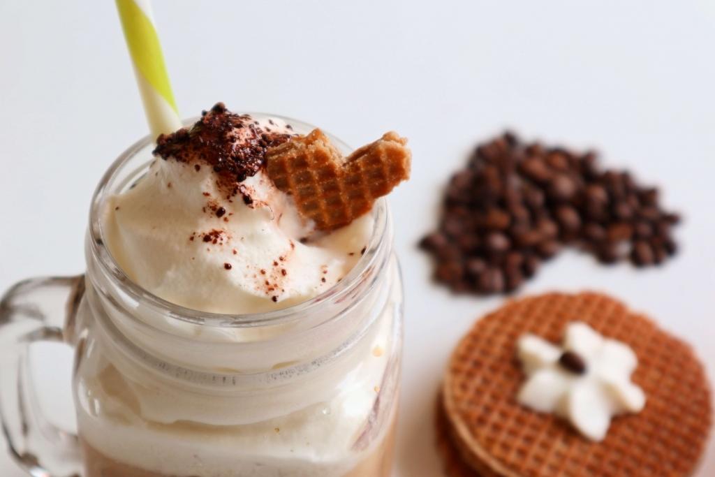Holandské karamelové wafle a ľadová káva