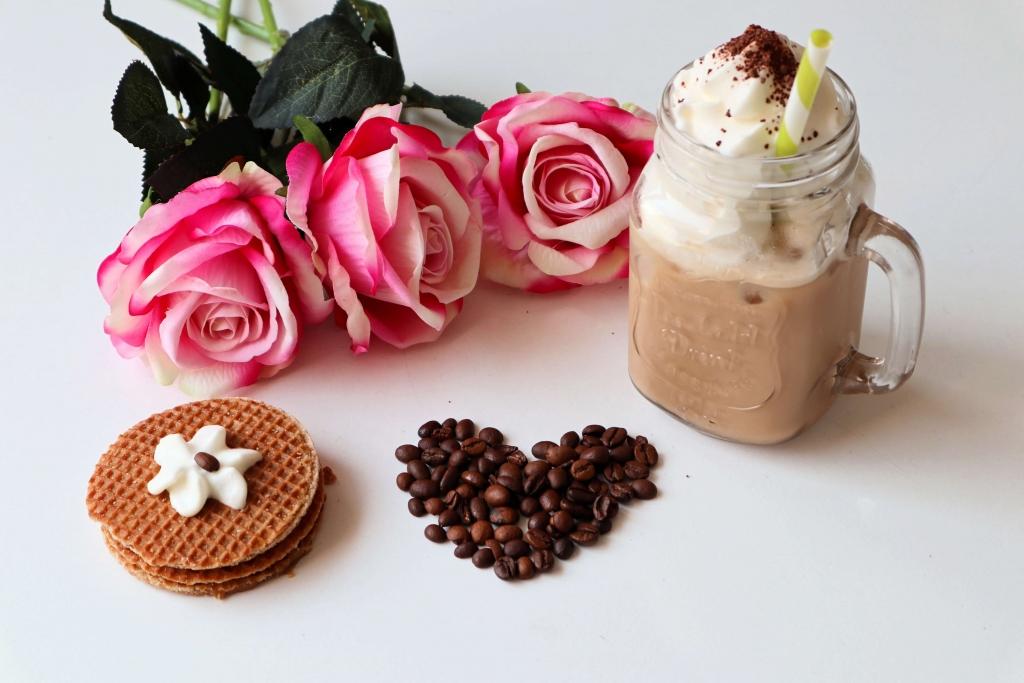 Osviežujúca ľadová káva a karamelové wafle